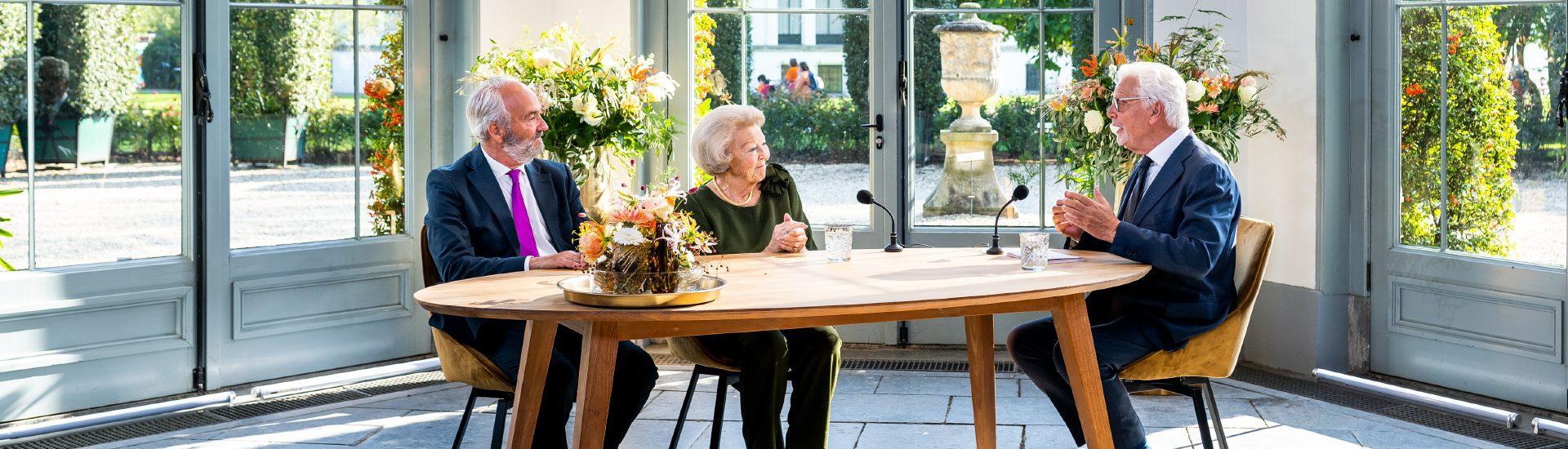 Prinses Beatrix spreekt met Jan Slagter ter gelegenheid van ons 65-jarig jubileum